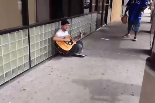joven improvisa cancion en la calle