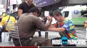 dos vagabundos compitieron por dinero y el ganador hizo algo muy conmovedor
