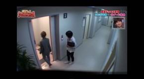 ellos entraron a un elevador sin pensar que sucederia esto