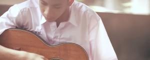 este chico toca la guitarra por una razon que te conmovera hasta las lagrimas