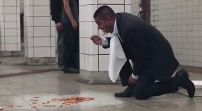 este hombre arroja comida al piso y luego la ingiere para demostrar esto