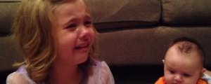 sadie llora porque no quiere que su hermanito crezca