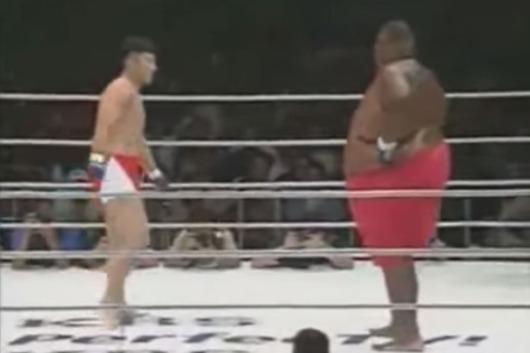 pelea dispareja gordo contra flaco
