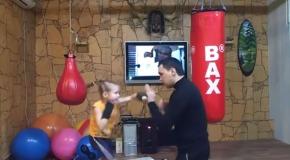 nina demuestra su destreza para el boxeo