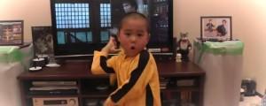 nino de 5 anos pelea como bruce lee con nunchakus