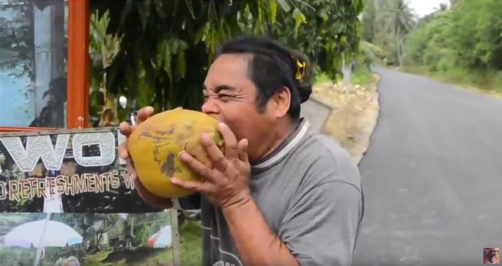 como abrir un coco con la boca 03
